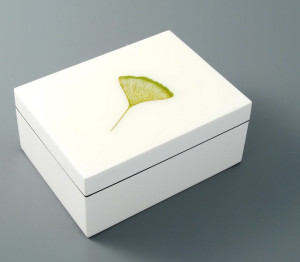 HT9113-white-lacquer-jewelry-box-with-faux-suede